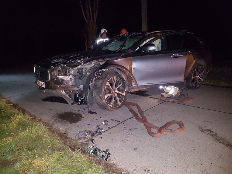 De Volvo V70 Cross Country belandde op zijn dak in de sloot. Een takeldienst sleepte de wagen eerst terug op de straat.