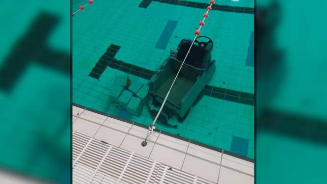 Poetsmachine rolt in het water van zwembad Nekkerpool