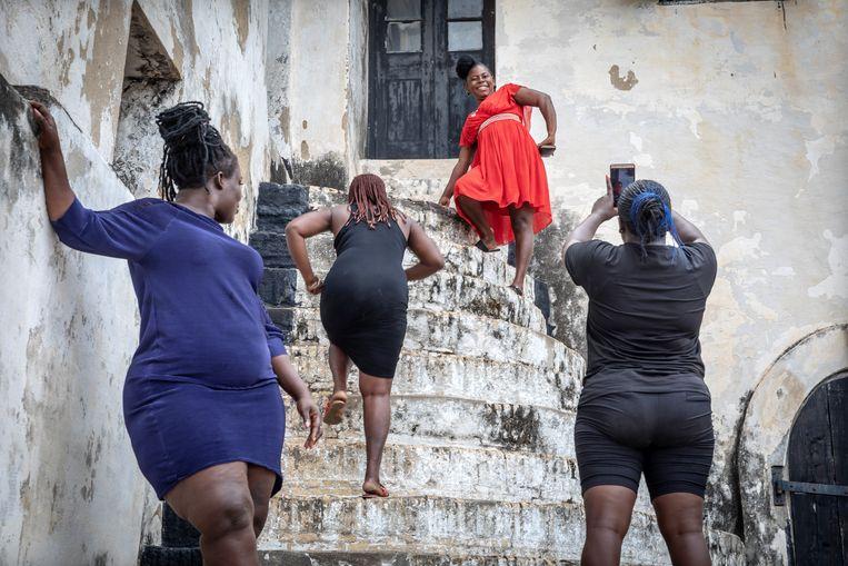 Bezoekers aan fort Elmina, waarvandaan miljoenen slaven naar Amerika werden vervoerd. Beeld Sven Torfinn