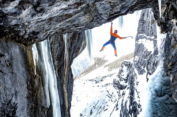 Het winterseizoen gaat weer beginnen. Om dat te illustreren stuurde een kledingfabrikant vandaag deze foto naar de persbureaus waarin Dani Arnold in zijn nieuwste outfit zijn kunsten vertoont op de Breitwangflue in Zwitserland. Foto Thomas Senf