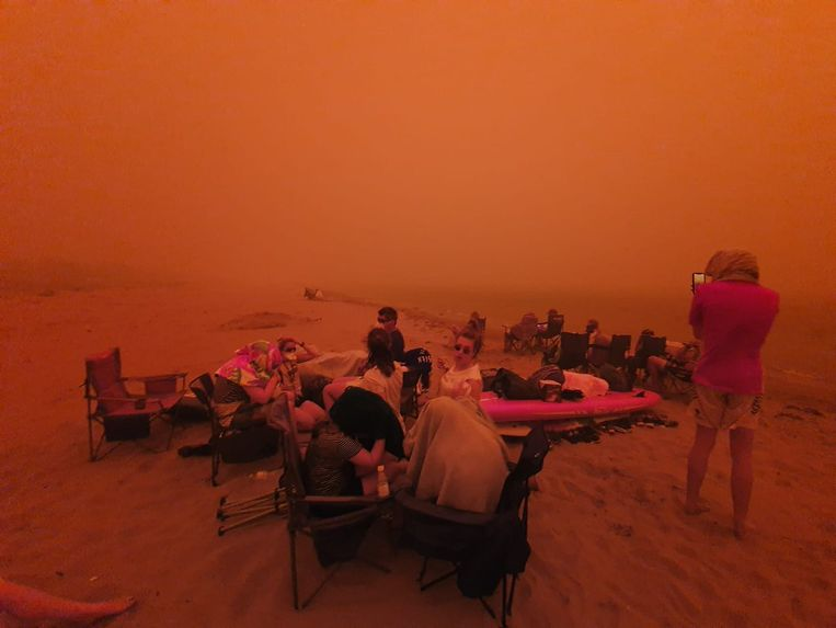 4.000 mensen vluchtten voor het vuur naar het strand. Daar zitten ze nu vast.  Beeld Alistair Prior / 9News Sydney
