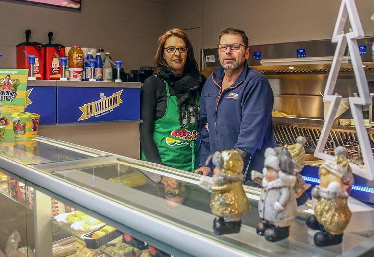 Dirk Sampers en Heidi Versluys in frituur De Markt, op de Marktplaats in Moorslede.