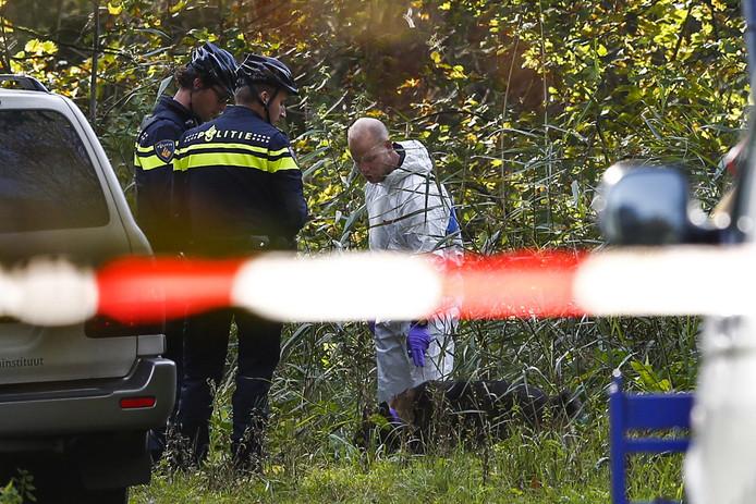 2017-10-12 11:39:20 ZEEWOLDE - De politie zoekt gericht op een specifieke plek in de omgeving van het Bulderpad in Zeewolde.