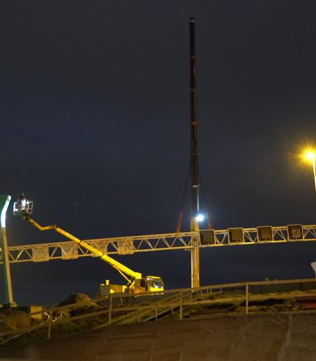 Spectaculair hijswerk boven de A1 bij Holten