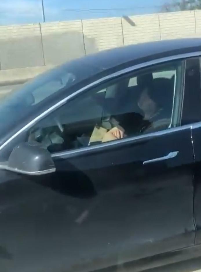 Un homme endormi au volant de sa Tesla sur une autoroute de Los Angeles