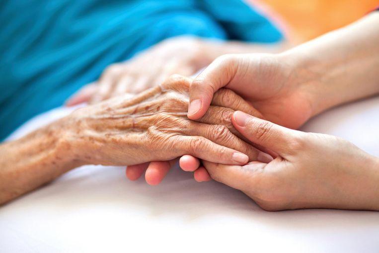 """Het aantal uren dat thuiszorgmedewerkers kunnen spenderen aan hun patiënten neemt alsmaar af. """"Elk jaar verliezen patiënten 6 minuten per week kostbare zorgtijd. Dat betekent elke vijf jaar een half uur."""""""