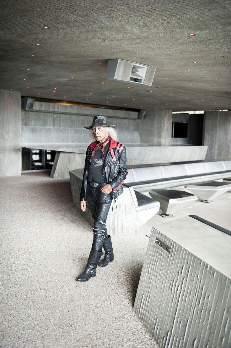 Mode Goldstein is een levende legende in de modewereld. In de afgelopen tien jaar bezocht hij alle belangrijke modeshows. 'De hoed die ik draag, heb ik zelf ontworpen en laten maken door een bijzondere hoedenmaker in Parijs. Het geeft mijn stijl net iets extra's.' Beeld Els Zweerink