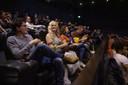 Een volle zaal in Pathe bij de vertoning van Game of Thrones. Een van de bezoekers kwam verkleed in stijl.