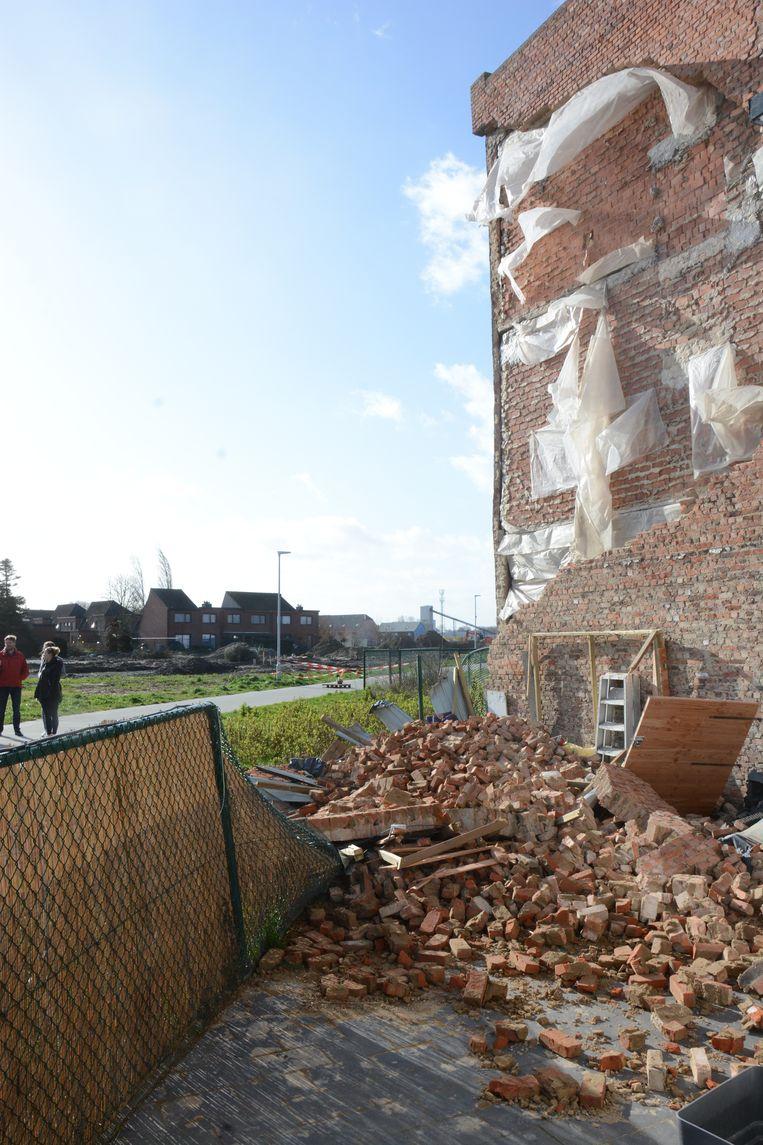 Een groot deel van de buitengevel van het appartementsgebouw stortte in.