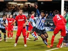 Verdedigers Seedorf en Van der Heyden houden een wedstrijd om de topscorerstitel