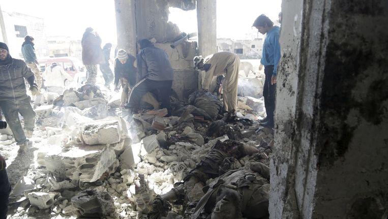 Onder het puin in Maaret al-Numan wordt gezocht naar overlevenden. Beeld reuters