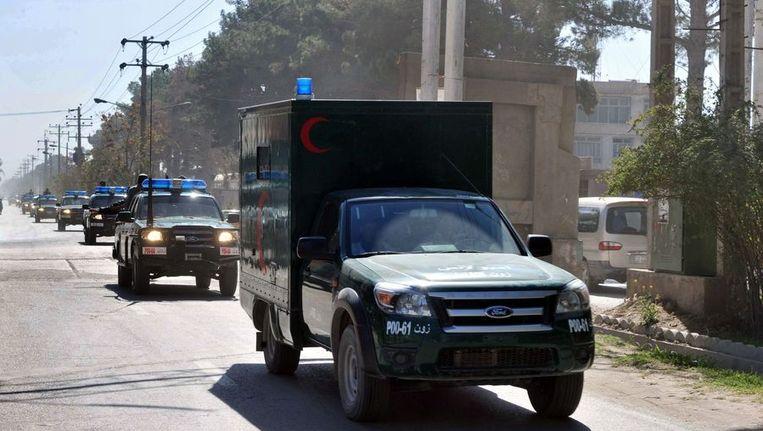 Militaire ambulances vervoeren de lichamen van de doodgeschoten agenten. Beeld AFP