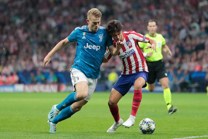 Matthijs de Ligt in duel met Atlético-topaankoop Joao Felix woensdagavond.