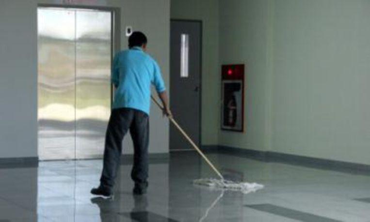 De poetsploegen waren onder meer aan het werk op de luchthaven van Deurne.