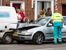 Automobilist wordt onwel en ramt geparkeerde auto