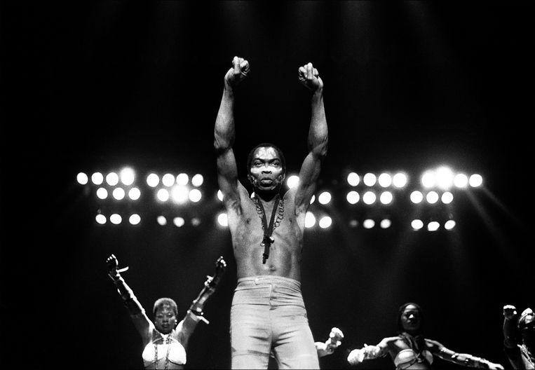 Fela Kuti tijdens een optreden in de Orchestra Hall in Detroit, in 1986. Beeld Getty