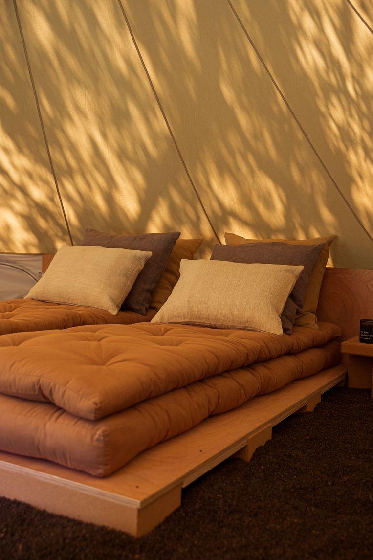 De tipi is volledig ingericht, inclusief comfortabel tweepersoonsbed.
