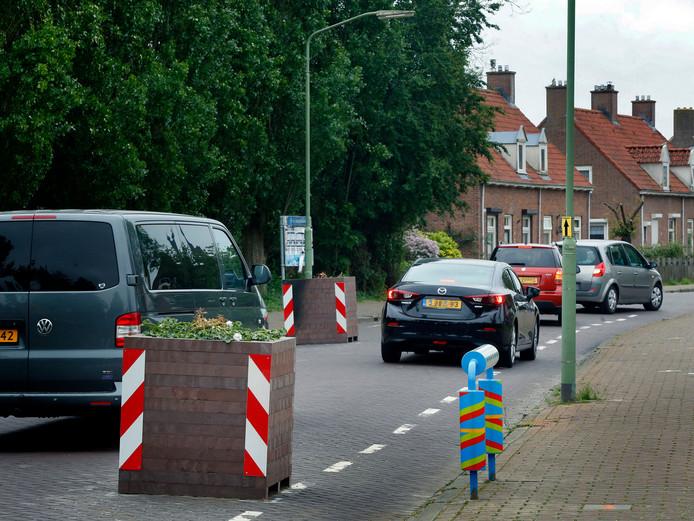 De plantenbakken moeten het verkeer afremmen.