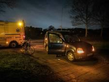 Fietser gewond bij botsing met auto op donkere weg in Rheden