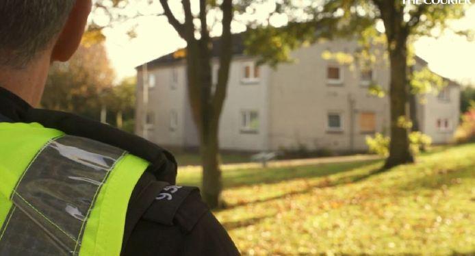 Een schoonmaker die geen toegang kreeg tot de cottage in de tuin van deze woning waarschuwde de politie.