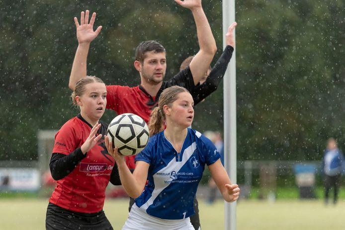 Naomi Hackenitz in de stromende regen aan de bal namens Dindoa tegen Antilopen.