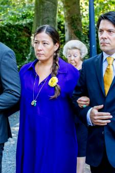 Genodigden in kleurrijke kleding tijdens afscheid prinses Christina