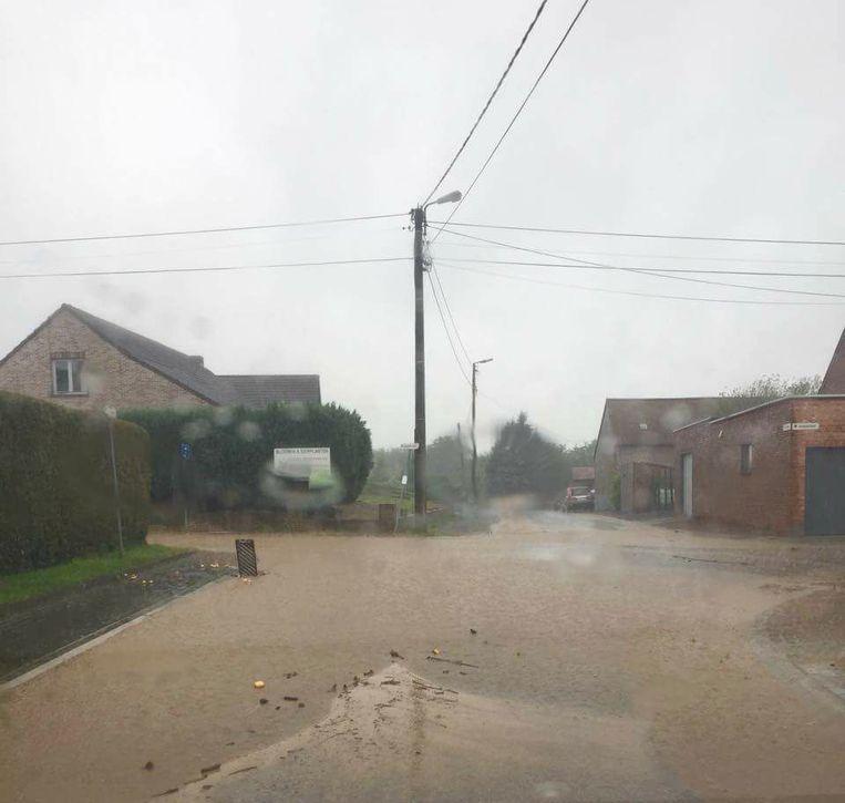 Wateroverlast in de Wittenweg in Zoutleeuw. De stad deelt gratis zandzakjes uit.