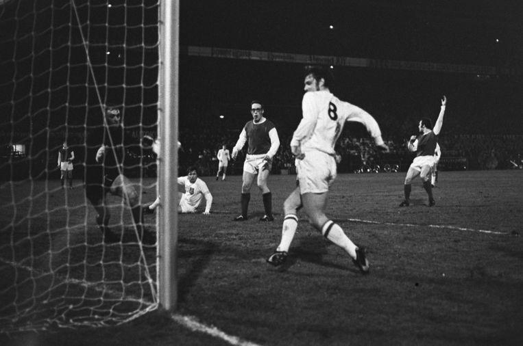 Willi Lippens maakt de openingstreffer in de interland Nederland tegen Luxemburg (6-0) in 1971. Beeld Anefo