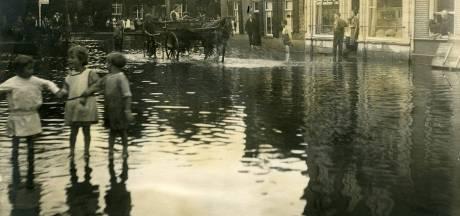 Natuurgeweld anno 1925: kinderen spelen op overstroomde Wal