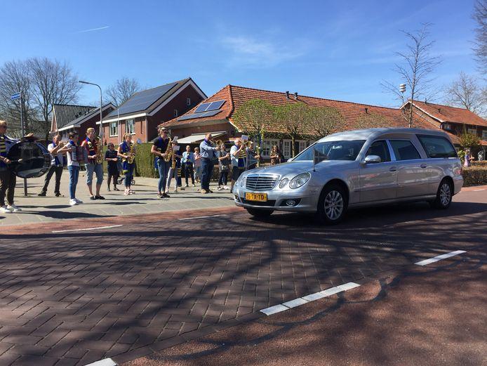 Terwijl de muziek speelt, rijdt de auto met het lichaam van Pierre van Antwerpen door de Kerkstraat in Berkel-Enschot langs zijn woning.
