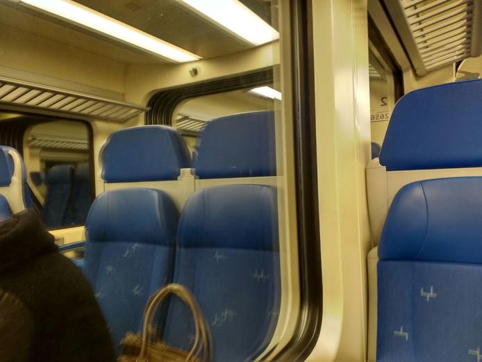 Een archieffoto van een trein. De tas in beeld is niet de tas die gevonden werd bij Almelo-De Riet.