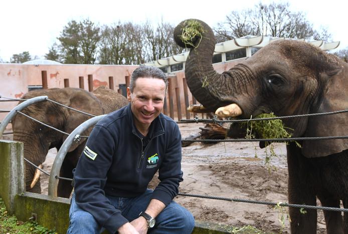 Olifantenverzorger Con Mul met olifant Duna