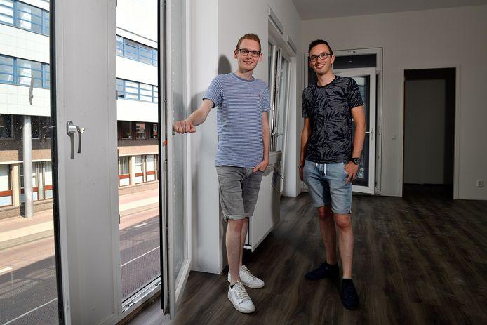 Lesley Reijne (Links) en Jeroen van de Veldt in hun toekomstige appartement aan de Stadsring 2.