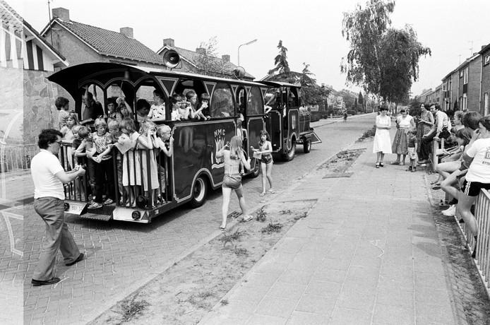Een boemeltreintje met Belgisch kenteken rijdt in 1980 door een woonwijk. Aan de ijsjes te zien is het zomer. Mogelijk gaat het om een activiteit van kindervakantiewerk. We weet meer? Foto BEN STEFFEN