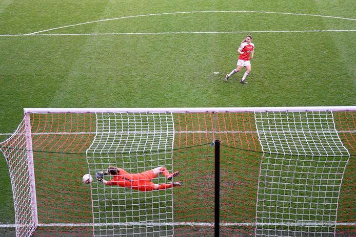 Danielle van de Donk mist haar penalty.