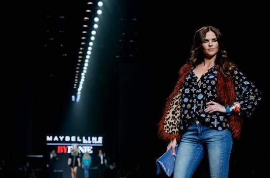 Model Sylvia Geersen showt een creatie van ByDanie van ontwerper Danie Bles op de Amsterdam Fashion Week.