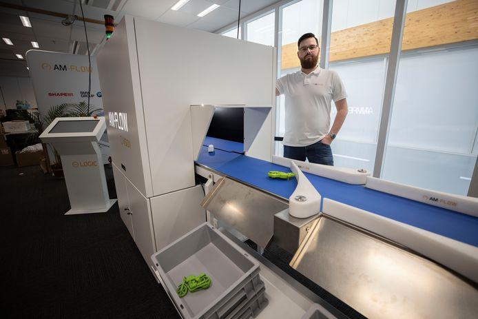 De showroom van AM-Flow, dat 3D-printprocessen automatiseert met medewerker Julien Bol.