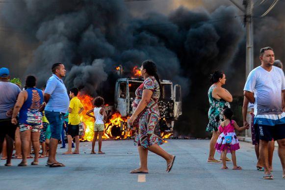 Een vrachtwagen staat in brand op straat in Fortaleza.