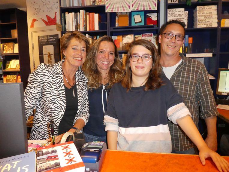 """Team De Nieuwe Boekhandel: Monique Burger, Brigitte Kalkhoven, Nicole Kaandorp (""""Nicole als Kidman en Kaandorp als Brigitte."""" Goeie!) en Bart Leemhuis. Beeld Hans van der Beek"""
