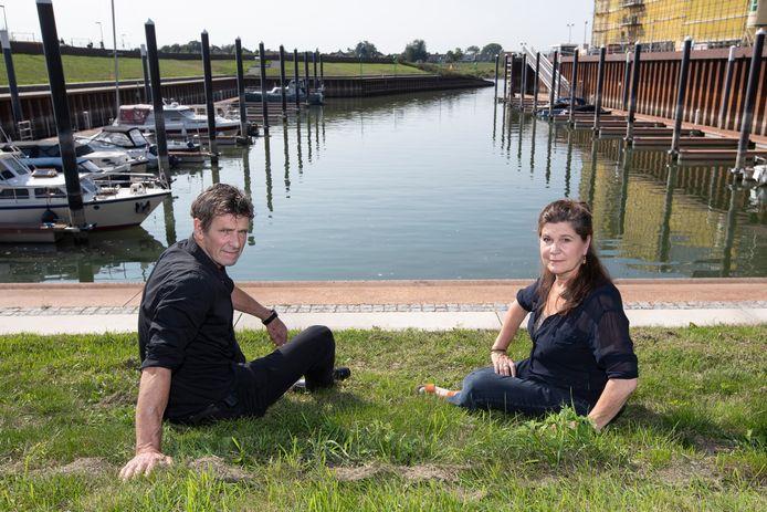 Mieke van Tilburg en Bert Hoogeveen van Het Koelhuis aan de Noorderhaven, waar tijdens festival Oeverloos een drijvend podium verschijnt. Hoogeveen: ,,Dat lijkt ons ontzettend gaaf. De haven wordt zo een soort mini-openluchttheater voor maximaal 250 bezoekers.''