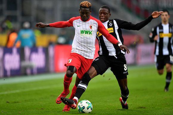Daniel Opare (links) zag zijn contractverlenging weer ingetrokken.
