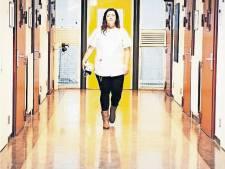 Zwolse gevangeniszuster Sanne: 'Een gevangene slikt ook wel eens een vork in'