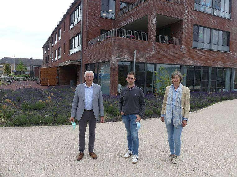 Ludo Timmermans, directeur van woonzorgcentrum Sint-Vincentius, Koen Dierick, directeur van woonzorgcentrum Karel Picqué en schepen van Senioren Conny De Spiegelaere.