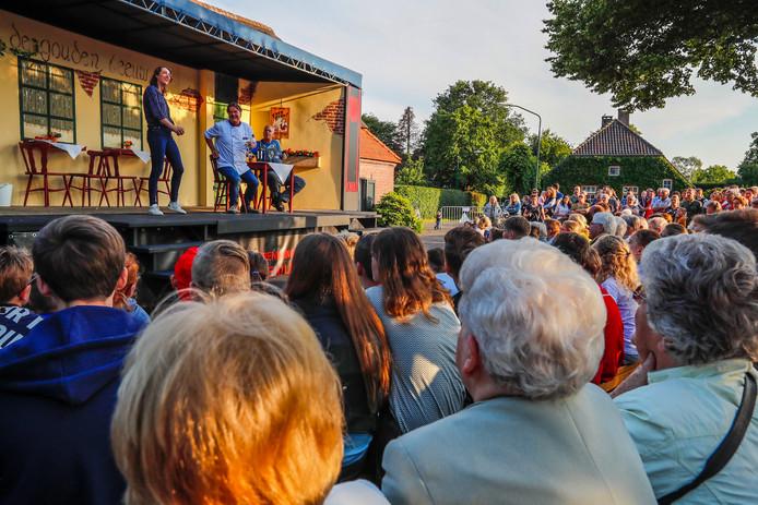Zo'n vierhonderd toeschouwers zagen toneelgroep KNAL zaterdagavond wagenspel 'Herrie in de tent' spelen in Leenderstrijp