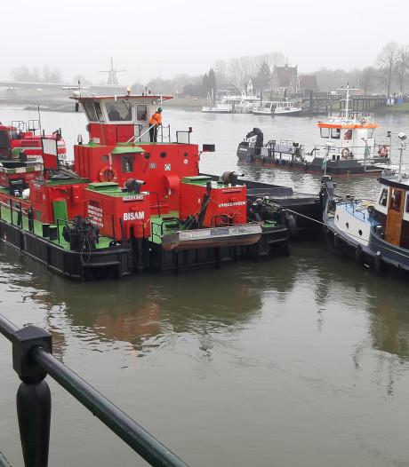 'Geheimzinnig' gebagger achter schotten langs IJssel moet pont ook bij laag water in vaart houden