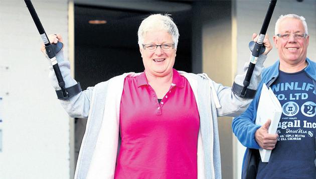 Op eigen kracht loopt Wil de Visser nog de dag van haar operatie zelf het ziekenhuis uit.