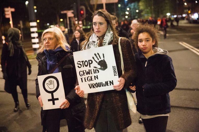 Deelnemers aan een stille tocht in Rotterdam vragen aandacht voor geweld tegen vrouwen. De aanleiding was de dood van de 16-jarige Humayra. Beeld Arie Kievit