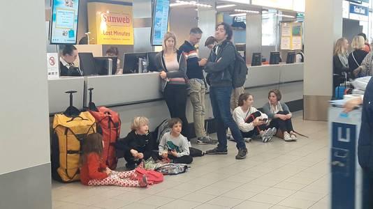 Door de chaos op Schiphol moesten reizigers urenlang wachten.