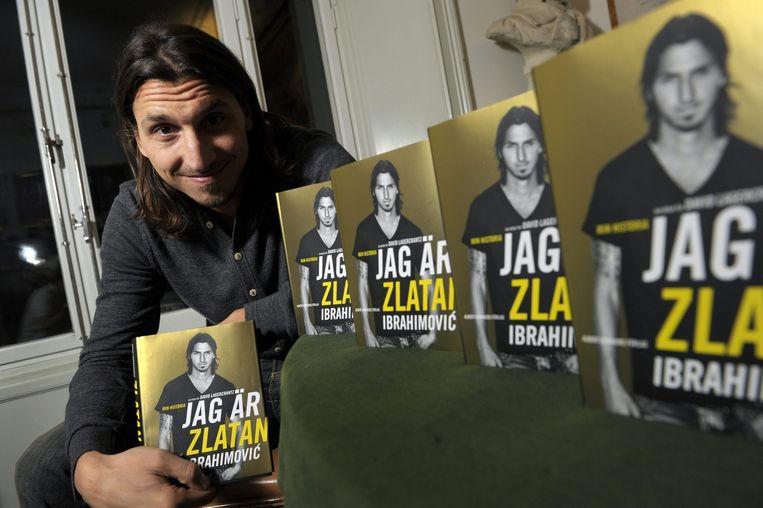 Ibrahimovic poseert voor de foto met een aantal (Zweedse) exemplaren van zijn autobiografie 'Ik ben Zlatan Ibrahimovic.' Beeld EPA