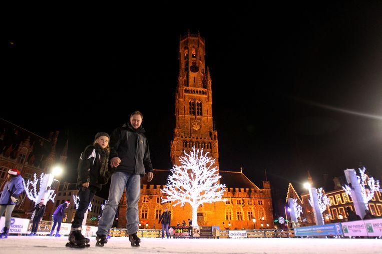 De ijspiste in Brugge. Voor oudejaarsnacht trokken een honderdtal mensen de piste op om er te dansen.